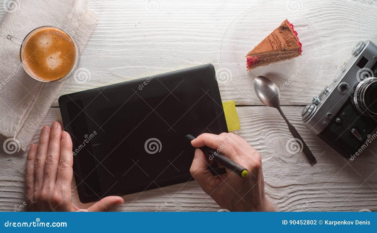 片剂,照相机,咖啡杯,在白色桌上的蛋糕