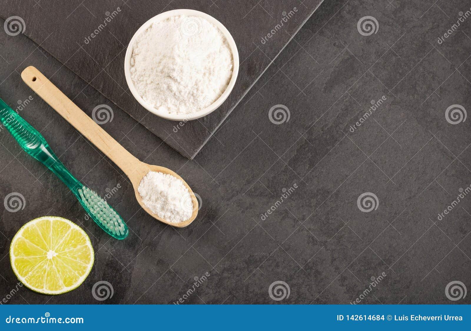 发面苏打用柠檬和刷子
