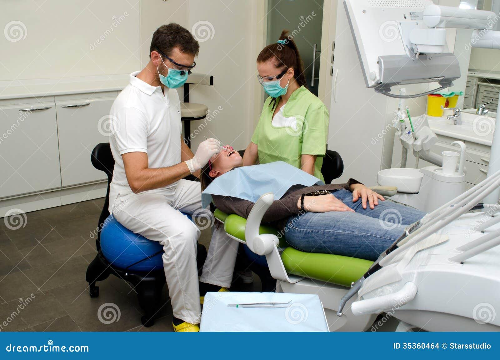 牙医、助理和患者牙齿诊所的