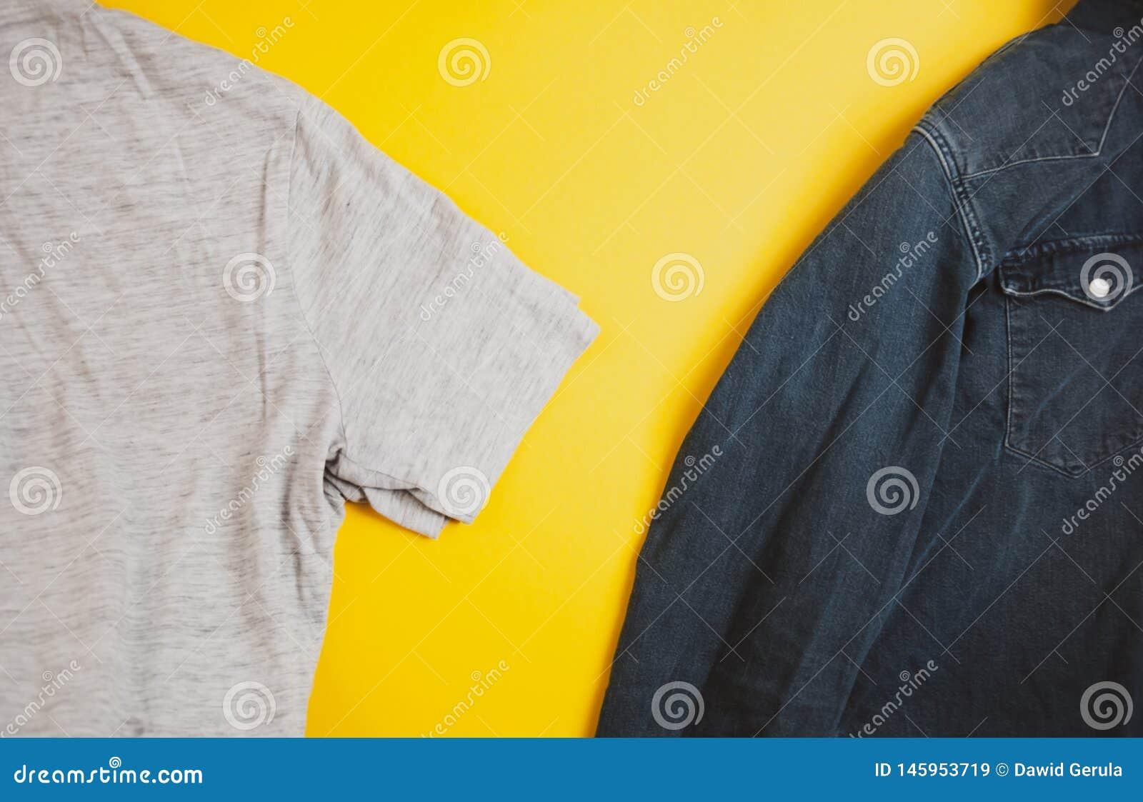 牛仔布夹克和灰色T恤杉在照片的双方,在黄色背景,与copyspace