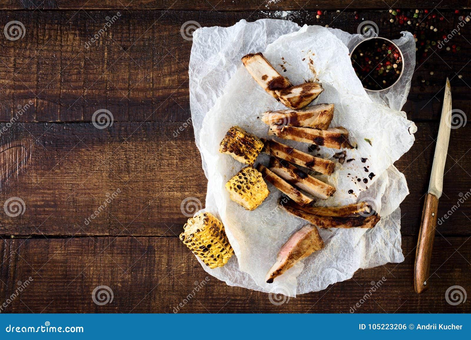 牛排烤了与调味汁和玉米格栅