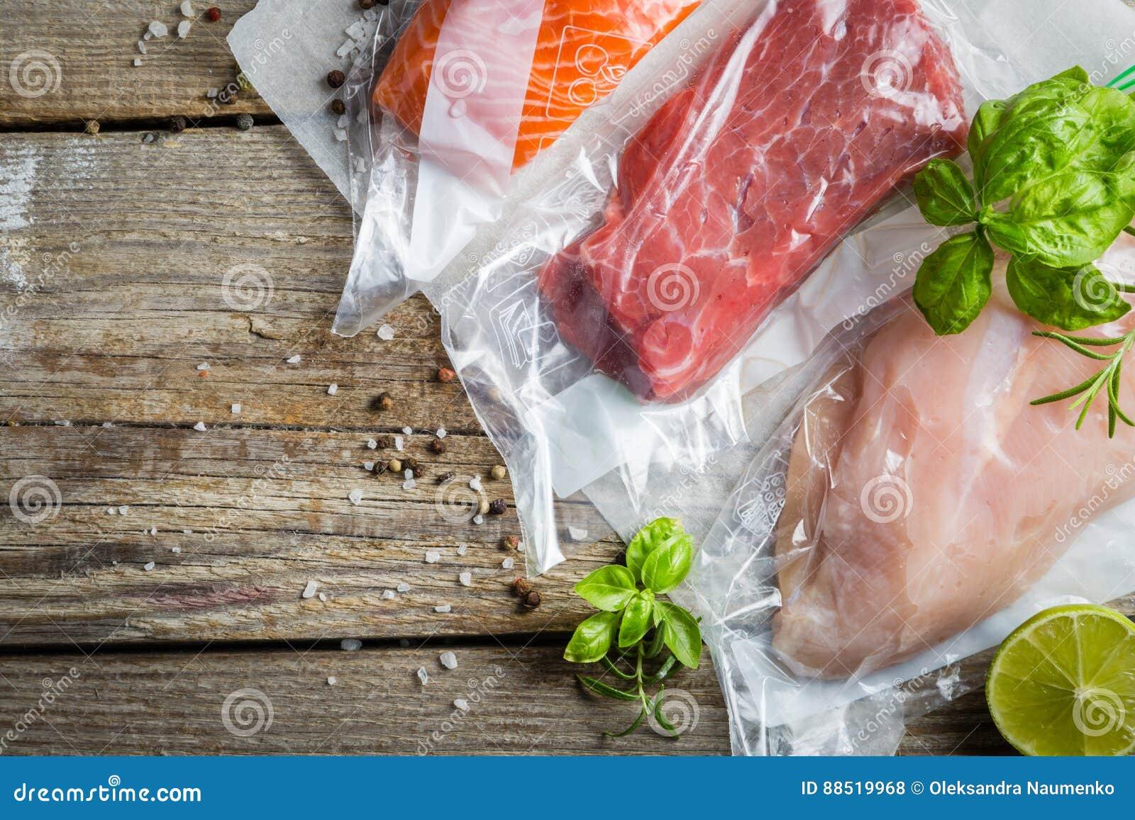 牛肉、鸡和三文鱼在真空塑料袋sous vide烹调的