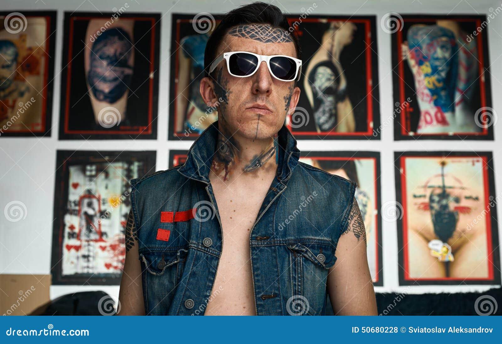 Download 牛仔布背心和太阳镜的被刺字的人在演播室 库存照片. 图片 包括有 夹克, 投反对票, 工作室, 欧洲, 皮肤 - 50680228