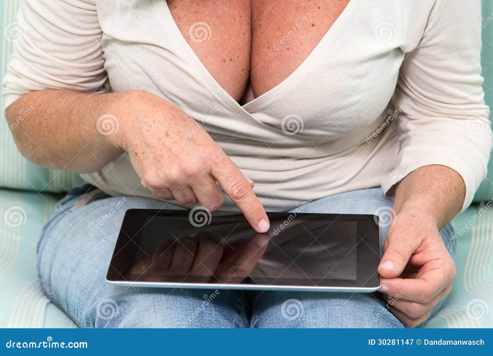 使用表个人计算机的妇女