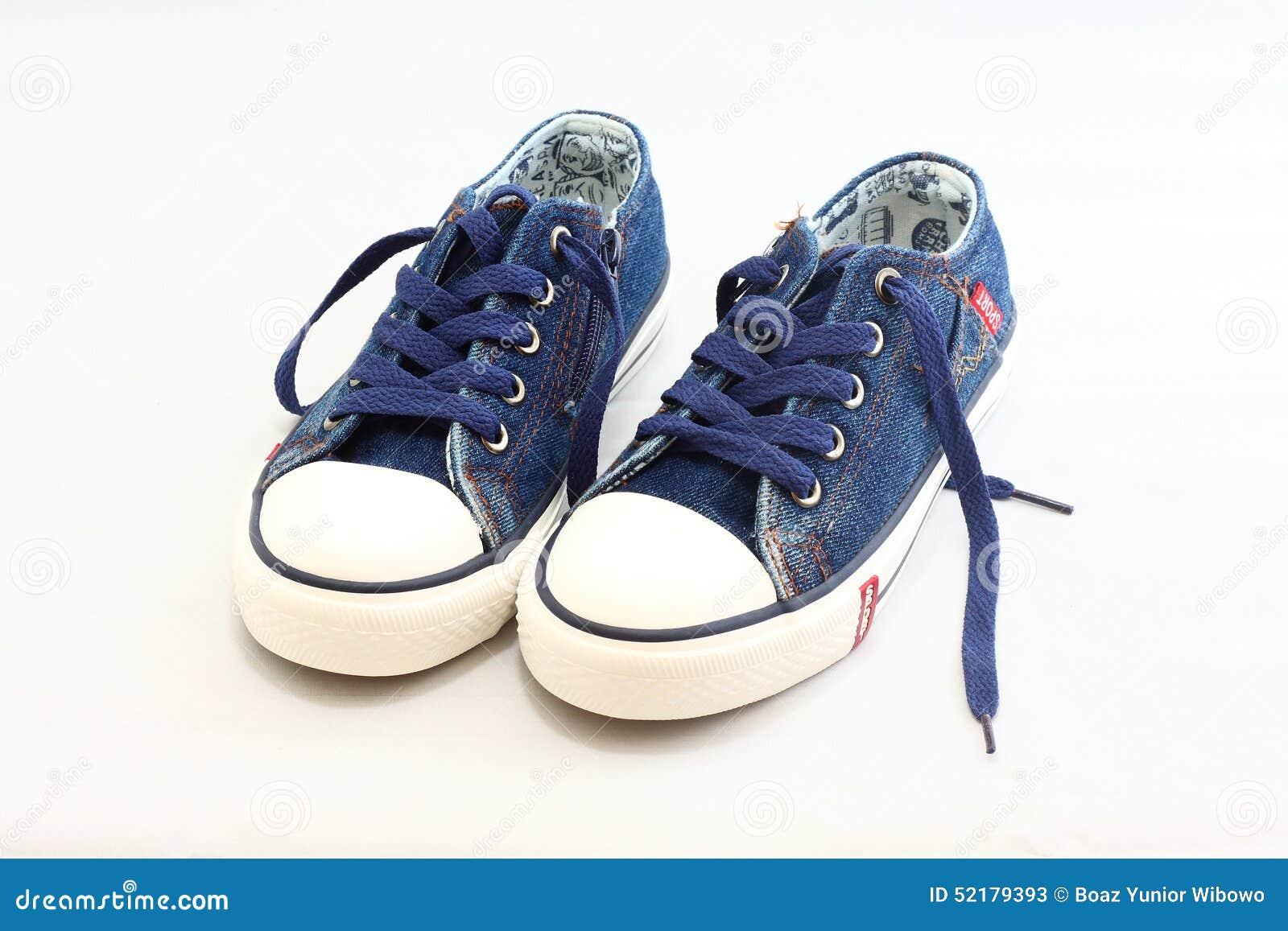 牛仔裤运动鞋