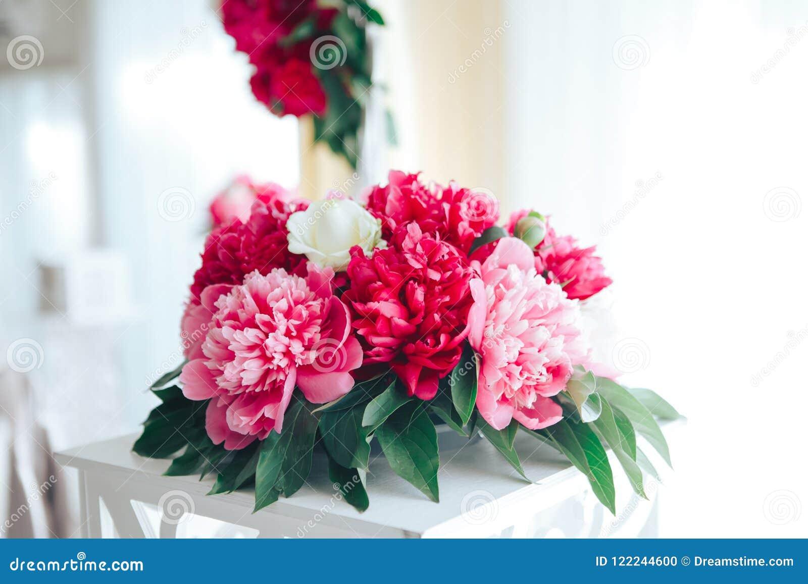 牡丹在餐馆,桌设置放逐 背景钮扣眼上插的花看板卡装饰装饰邀请婚姻白色的珍珠玫瑰 红色花在餐馆