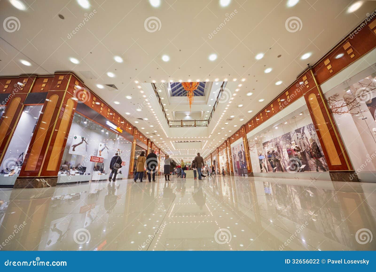 购物中心购物画廊的人们