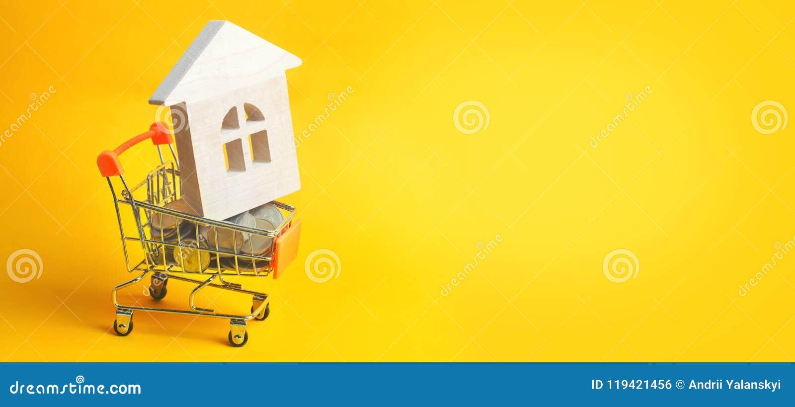 物产投资和房子抵押财政概念 买,租赁和卖公寓 庄园舱内甲板房子实际租金销售额 硬币和木
