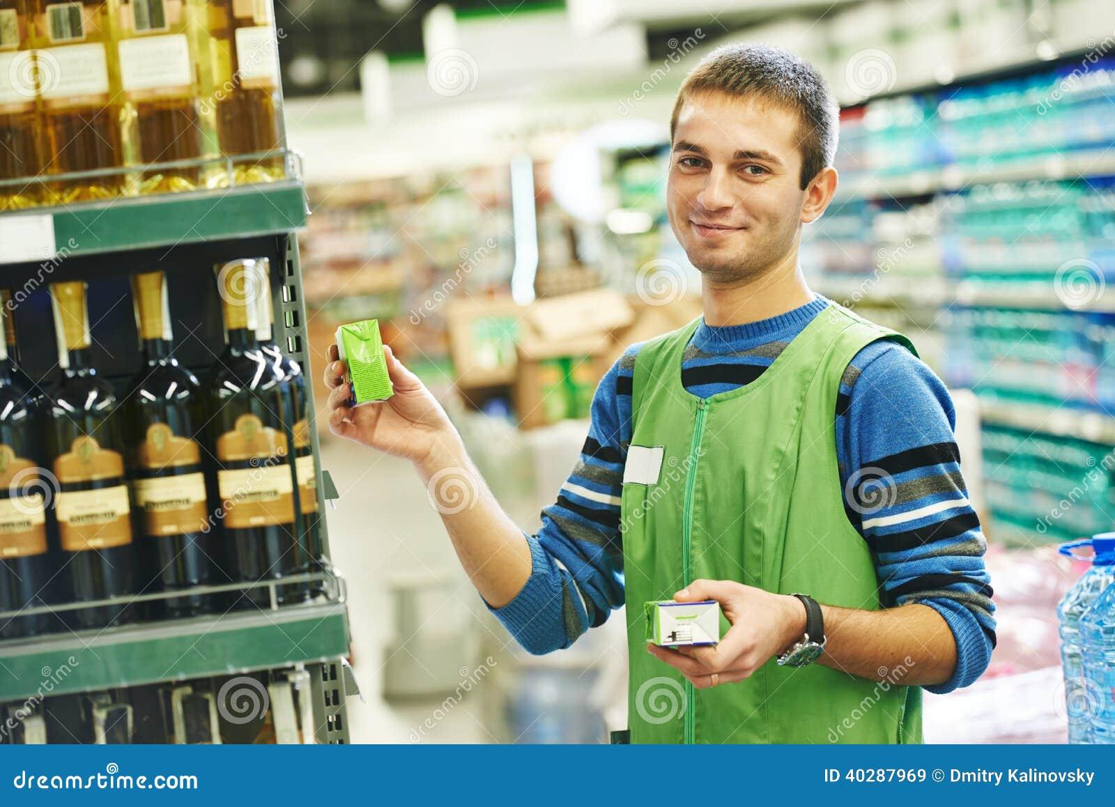 购物卖主在超级市场