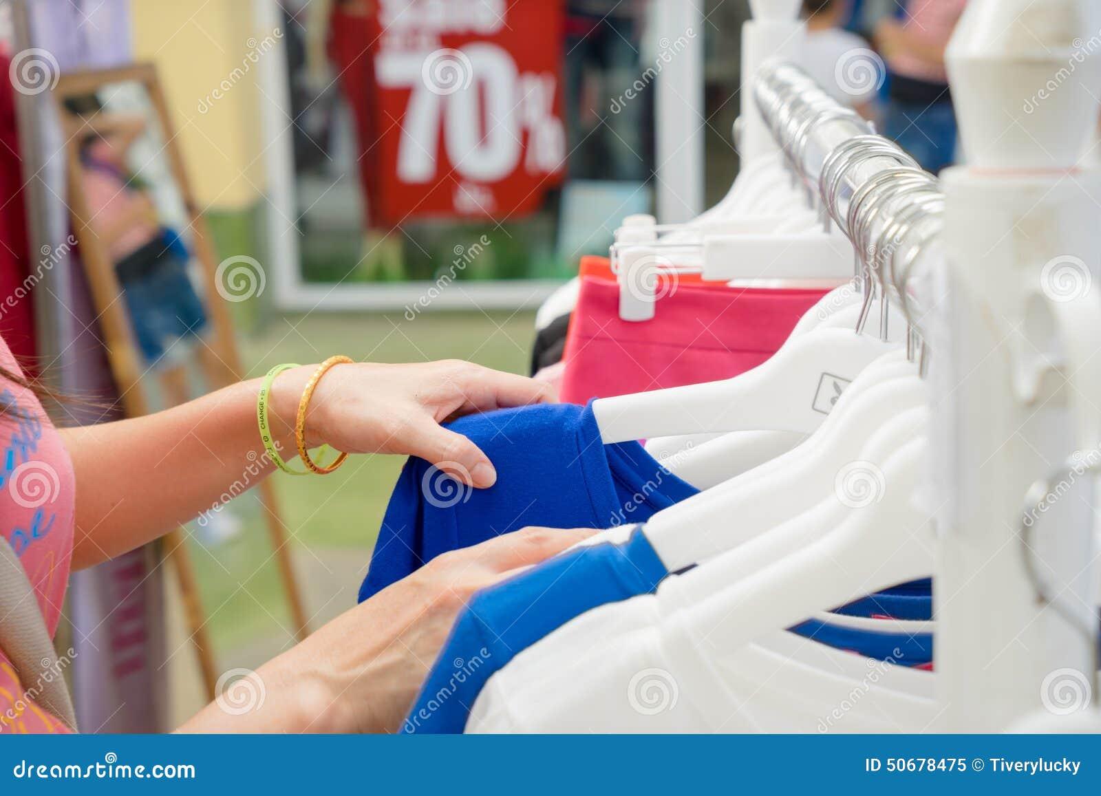 Download 购物在衣裳存储 库存图片. 图片 包括有 表达式, 客户, 快乐, 人力, 生活方式, 室内, 豪华, 女孩 - 50678475