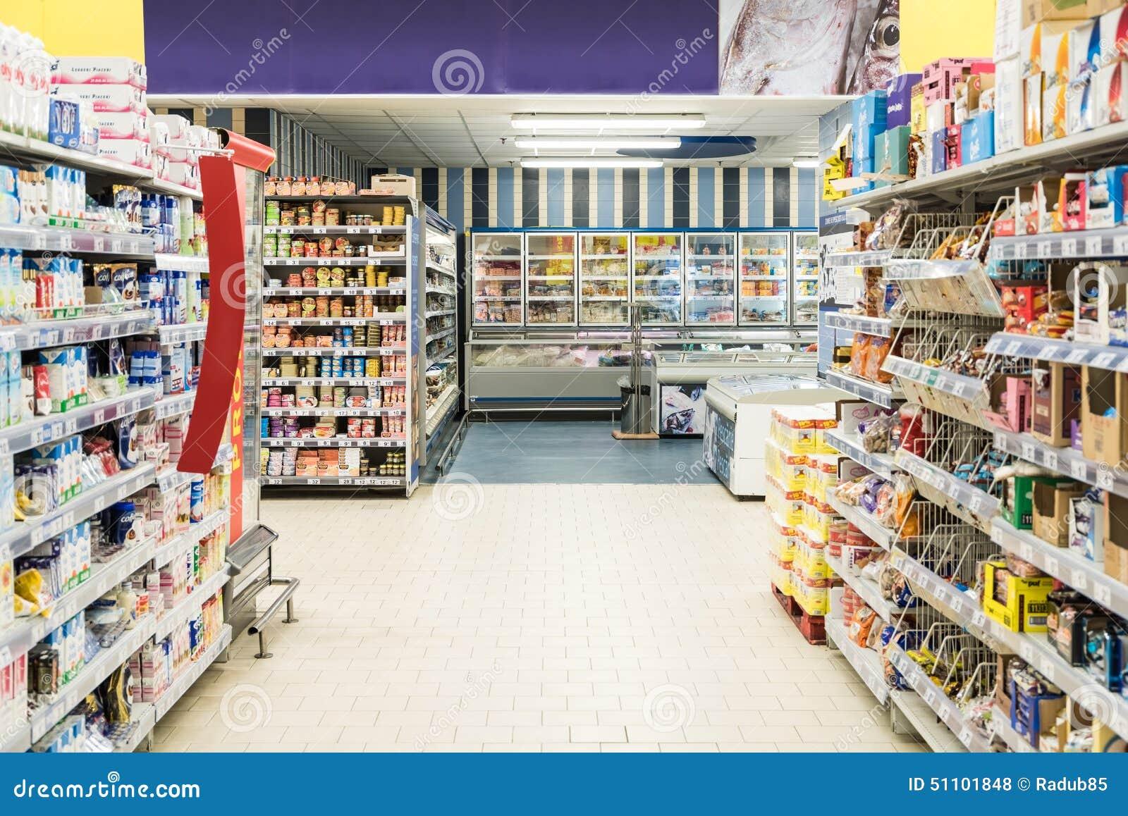 购物在超级市场商店走道的人们