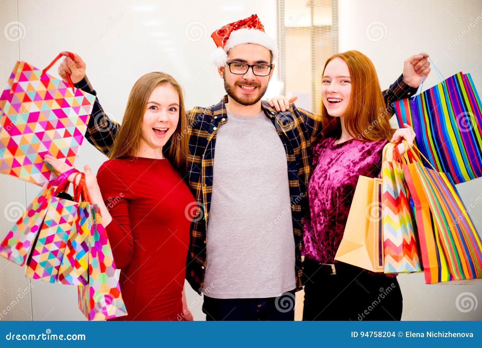 购物在购物中心的朋友