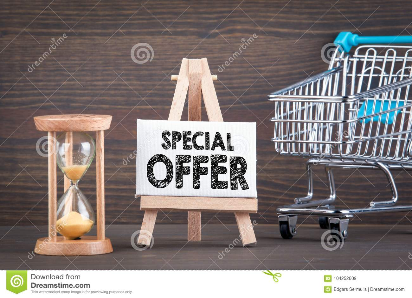 特价优待概念 在木桌上的Sandglass、滴漏或者蛋定时器
