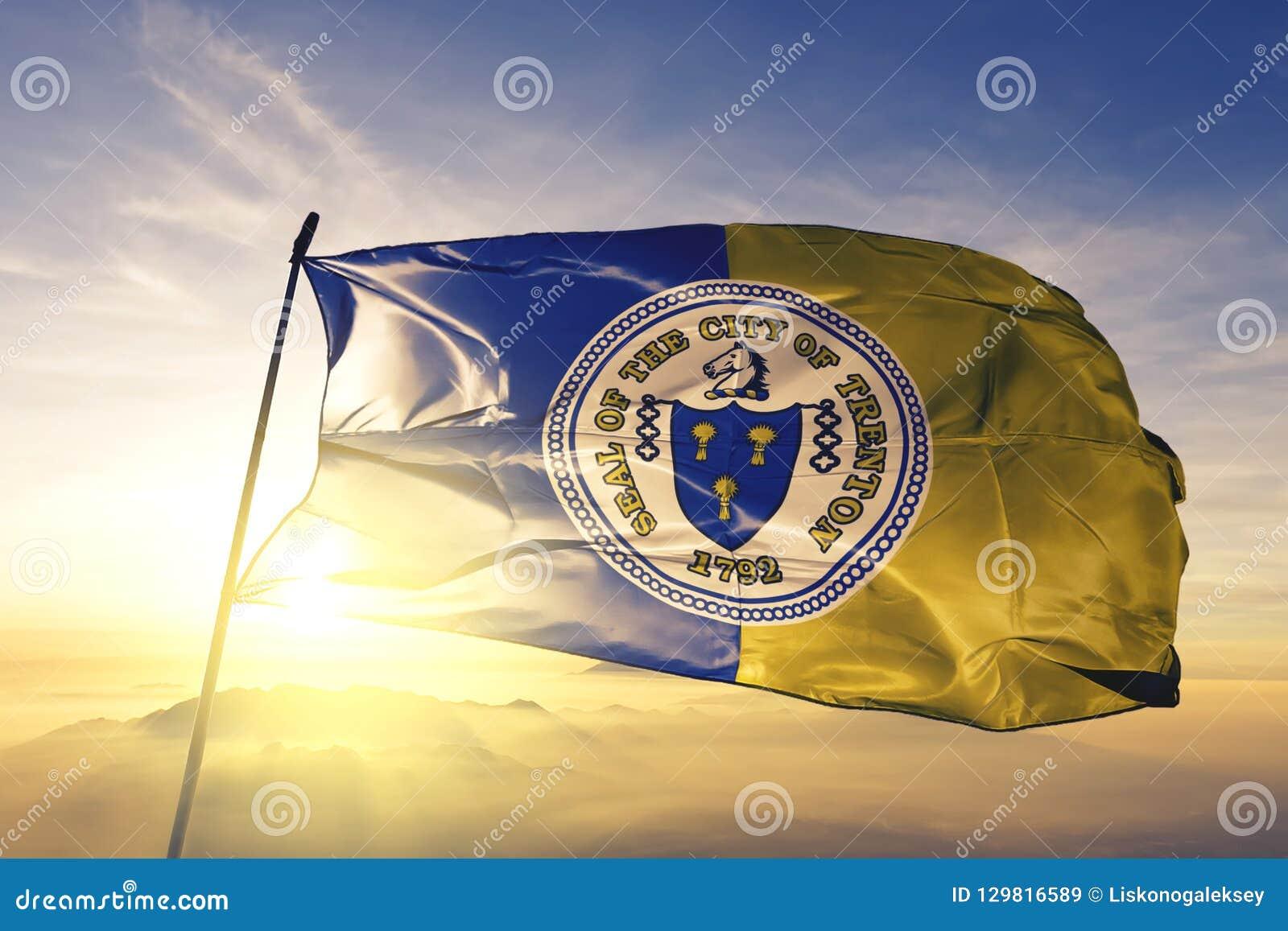 特伦顿美国旗子纺织品挥动在顶面日出薄雾雾的布料织品新泽西的市首都
