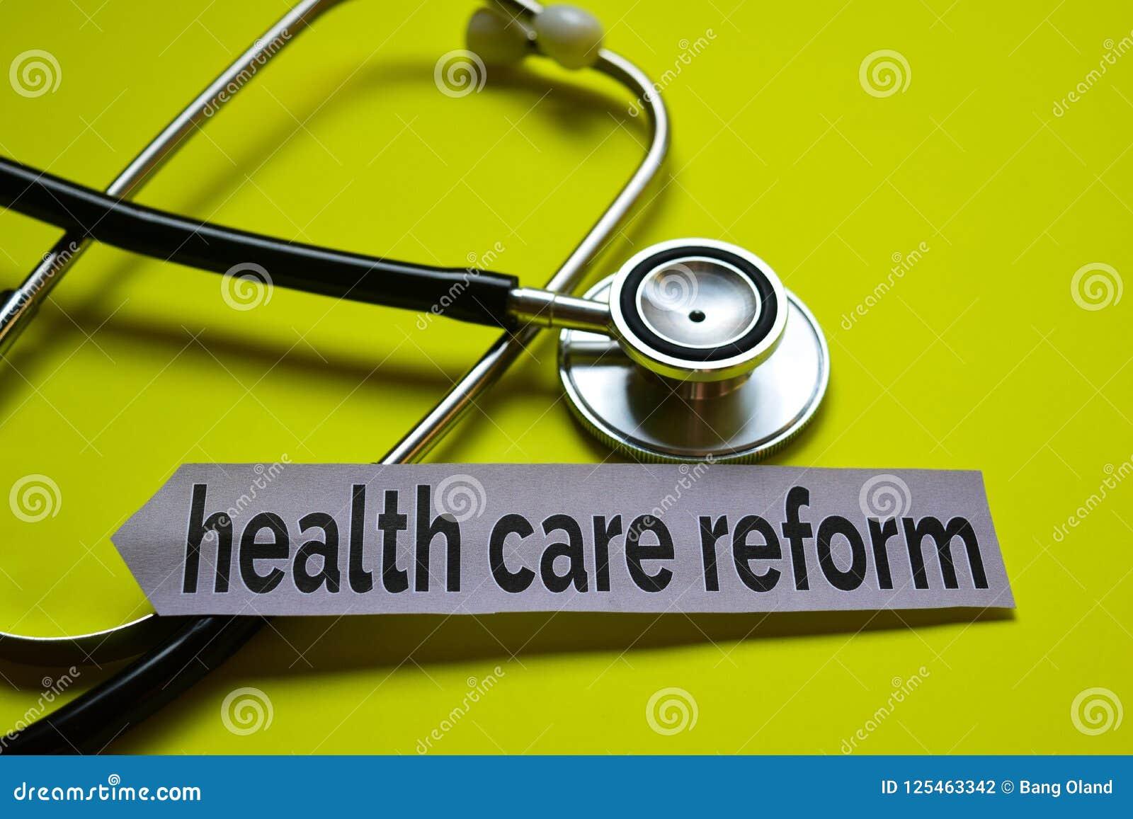 特写镜头与听诊器概念启发的医疗保健改革在黄色背景