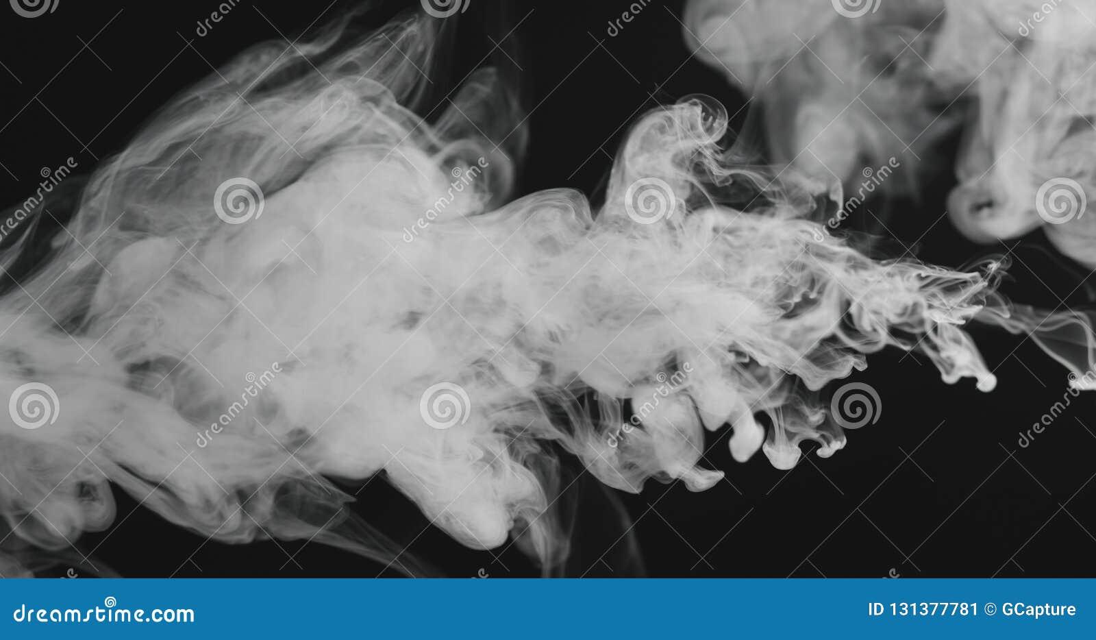 特写镜头从权利的蒸气小河在黑背景