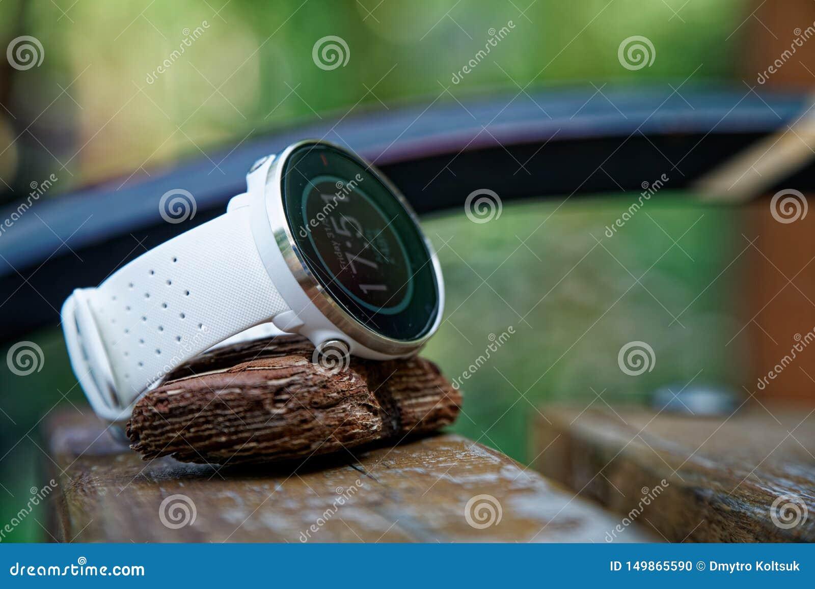 特写镜头体育注意在长木凳的连续白色 健身注意跟踪的每日活动和力量训练