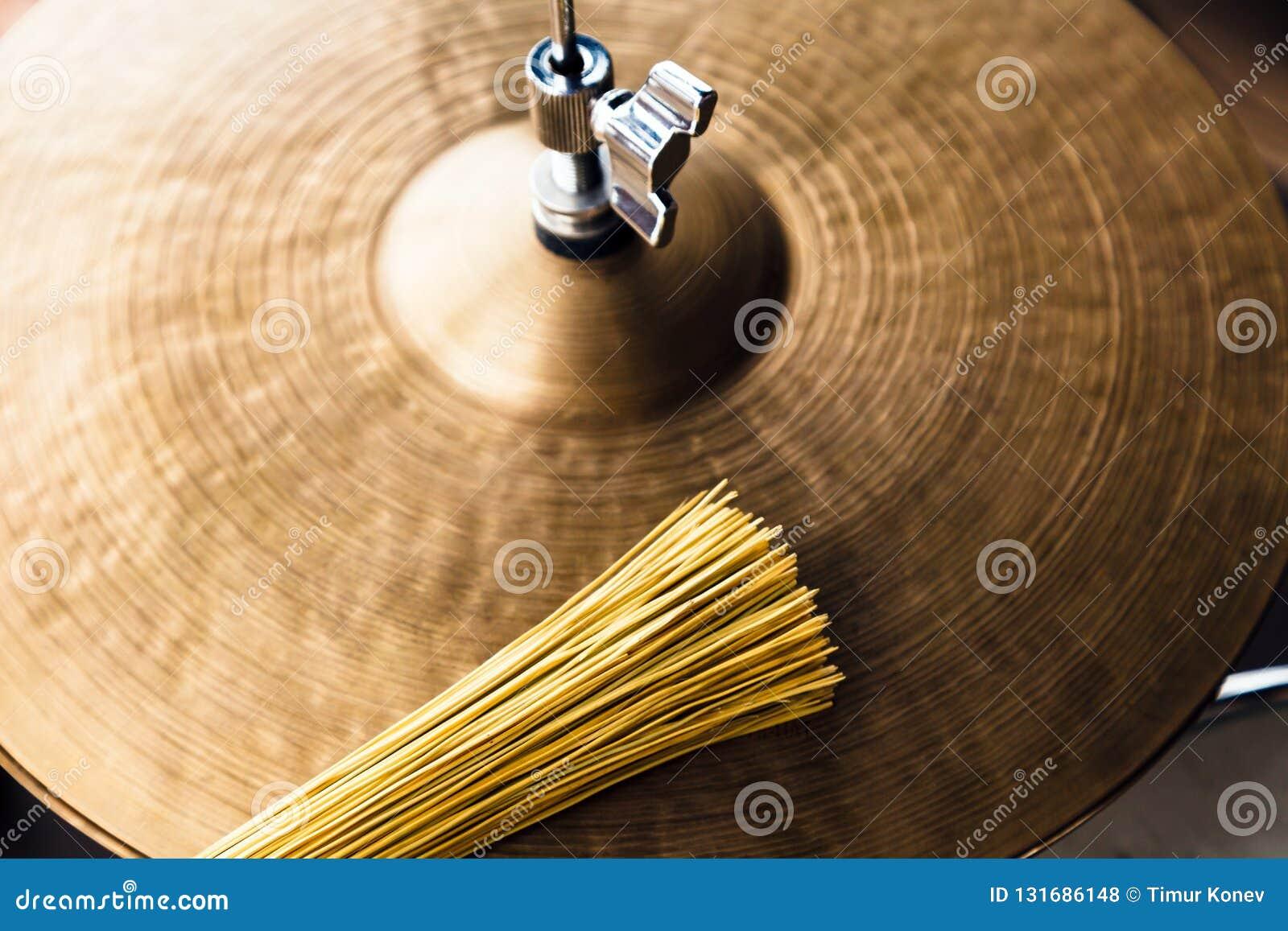 特写镜头宏指令喂帽子铙钹和刷子 概念音乐会,实况音乐,表现,音乐晚上在餐馆