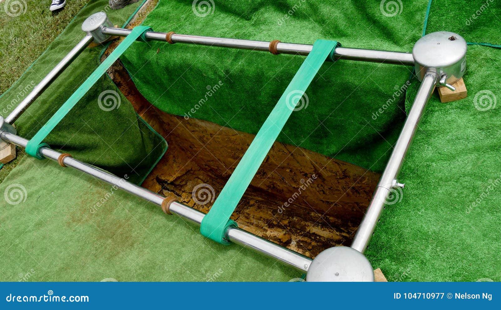 特写镜头射击了在柩车的一个五颜六色的小箱或教堂在葬礼或埋葬前在公墓