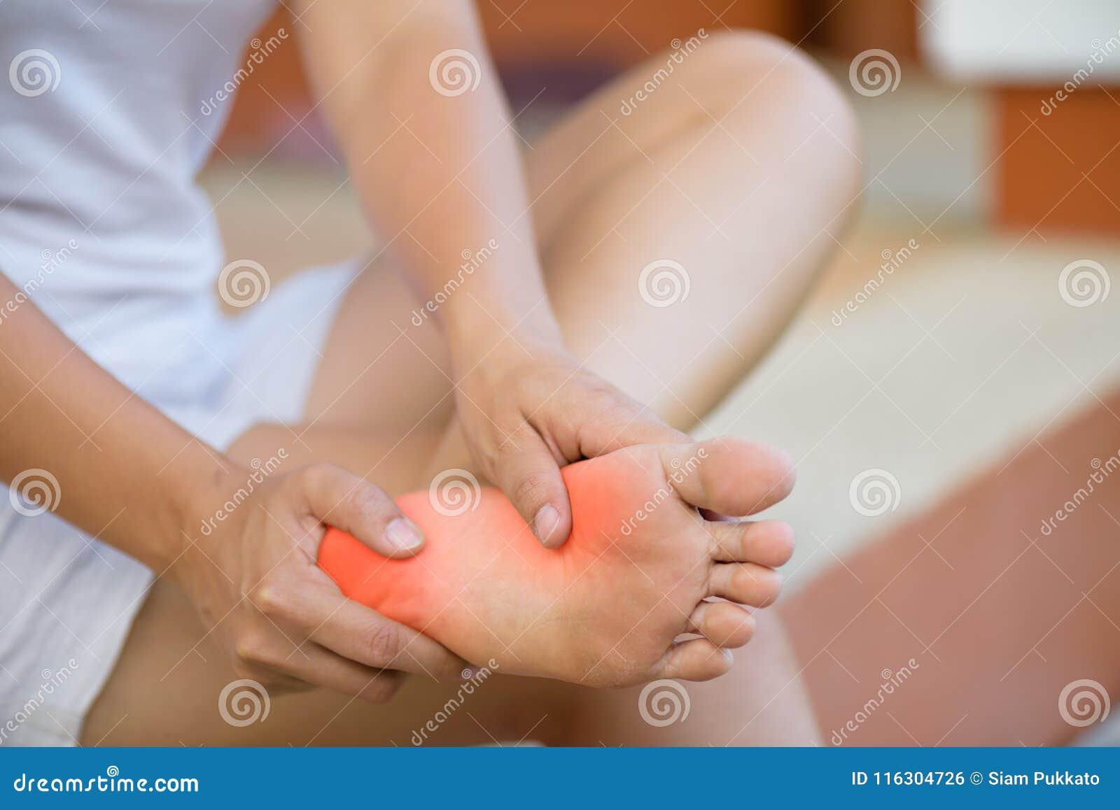 特写镜头少妇感觉痛苦在她的脚在家