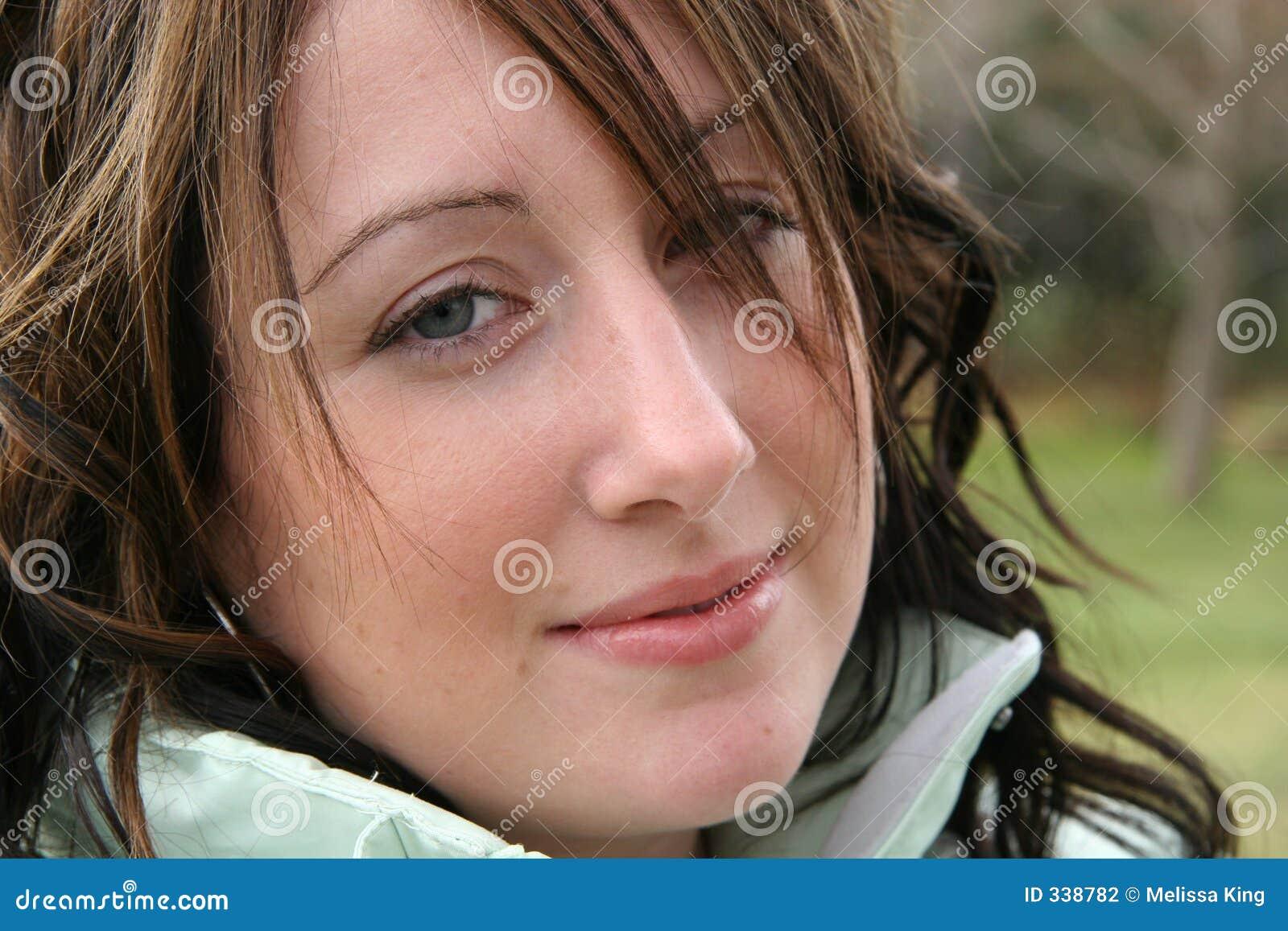 特写镜头微笑妇女
