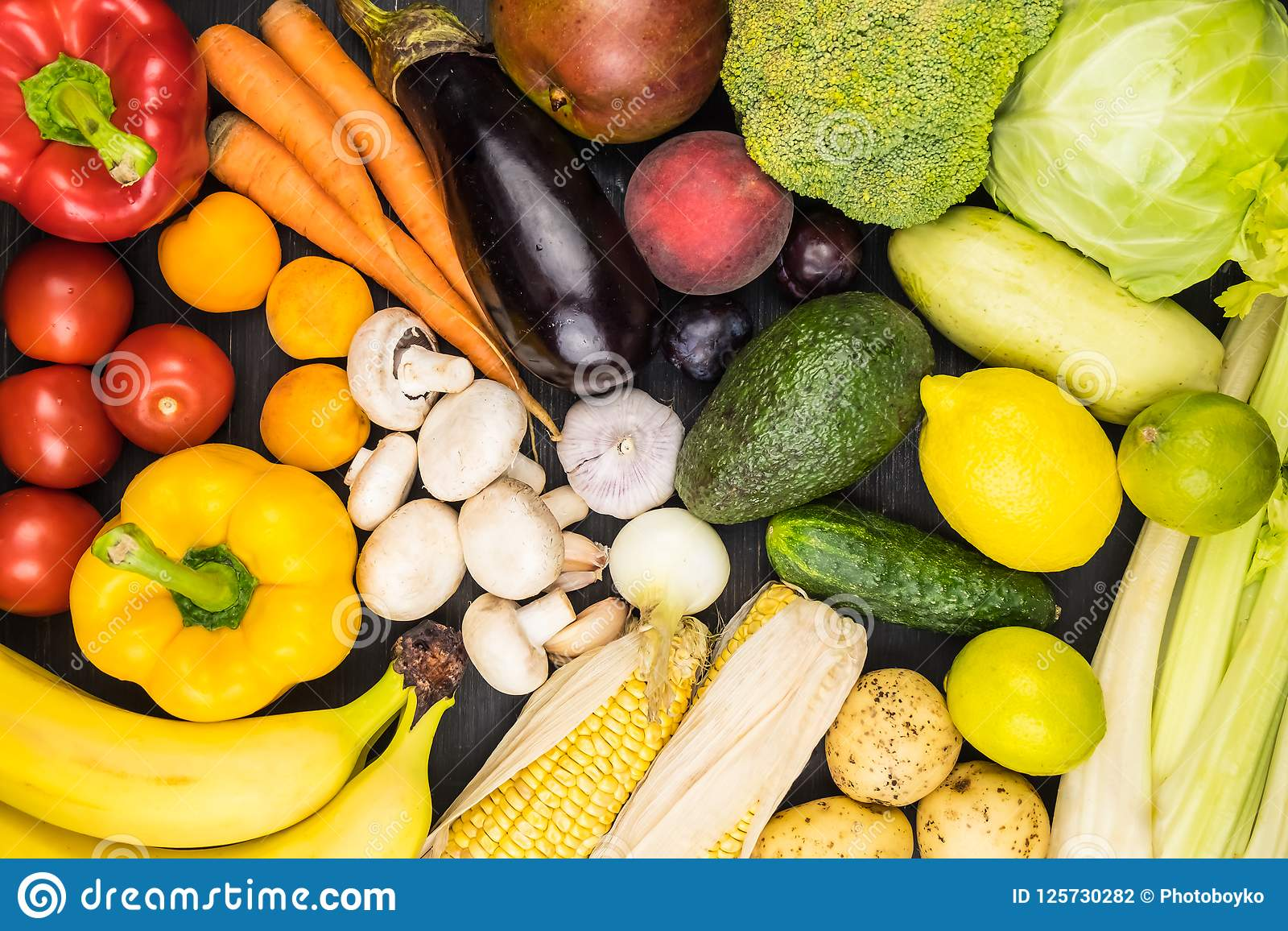 特写镜头新鲜的有机菜和果子的顶视图图象 L