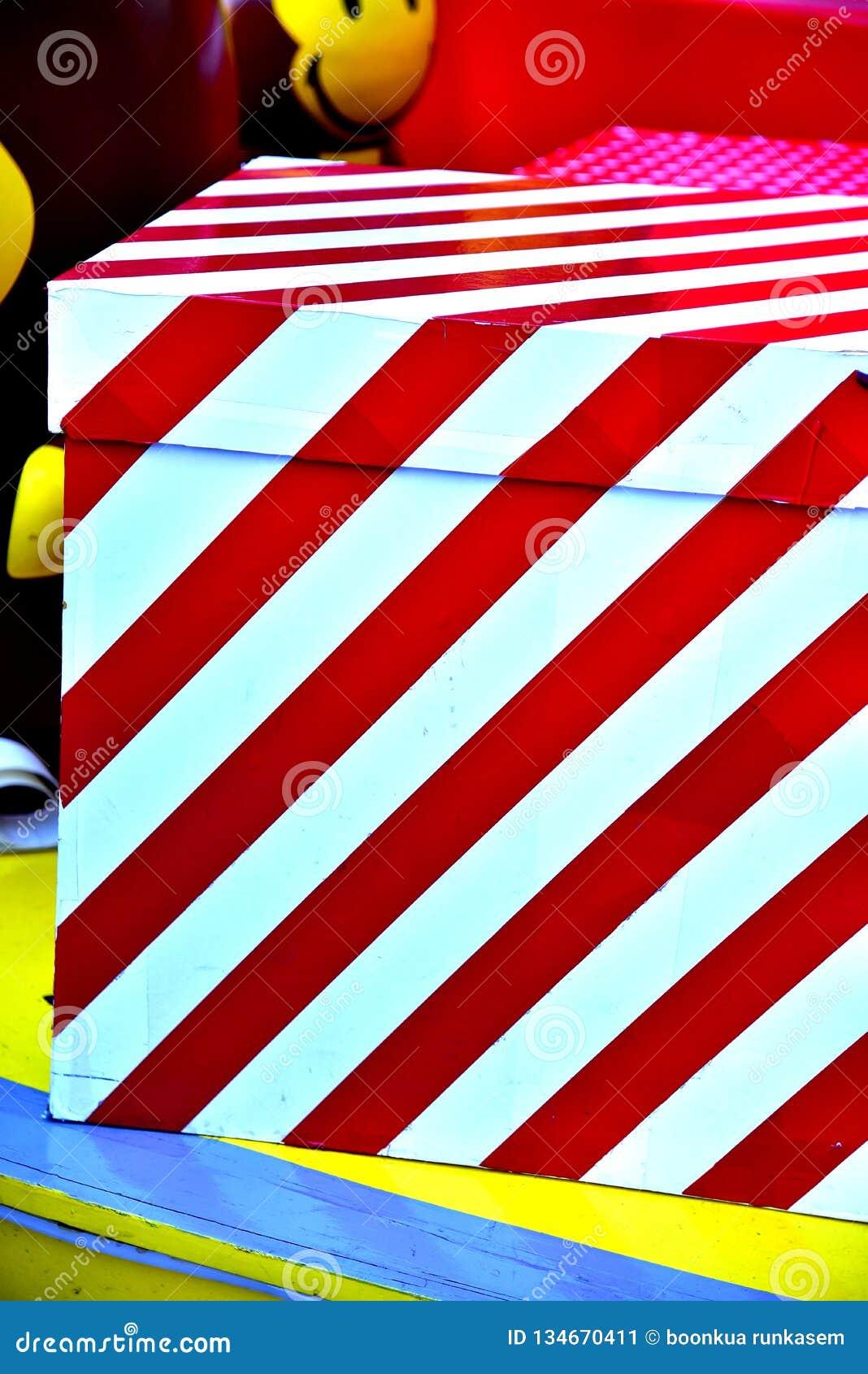 特写镜头红色中看不中用的物品圣诞树礼物盒气球星