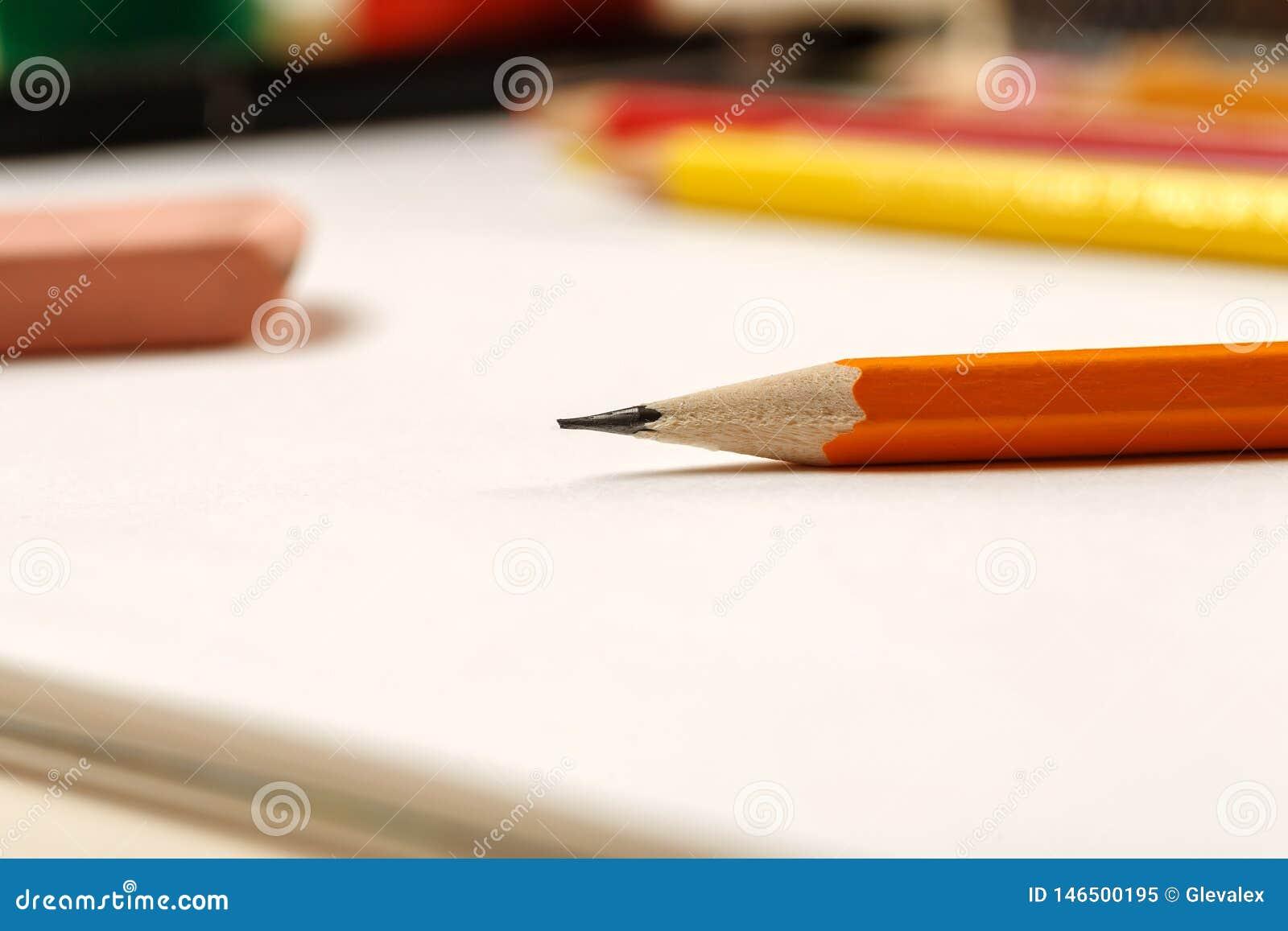 特写镜头被射击铅笔和橡皮擦在一张白色空白的纸片