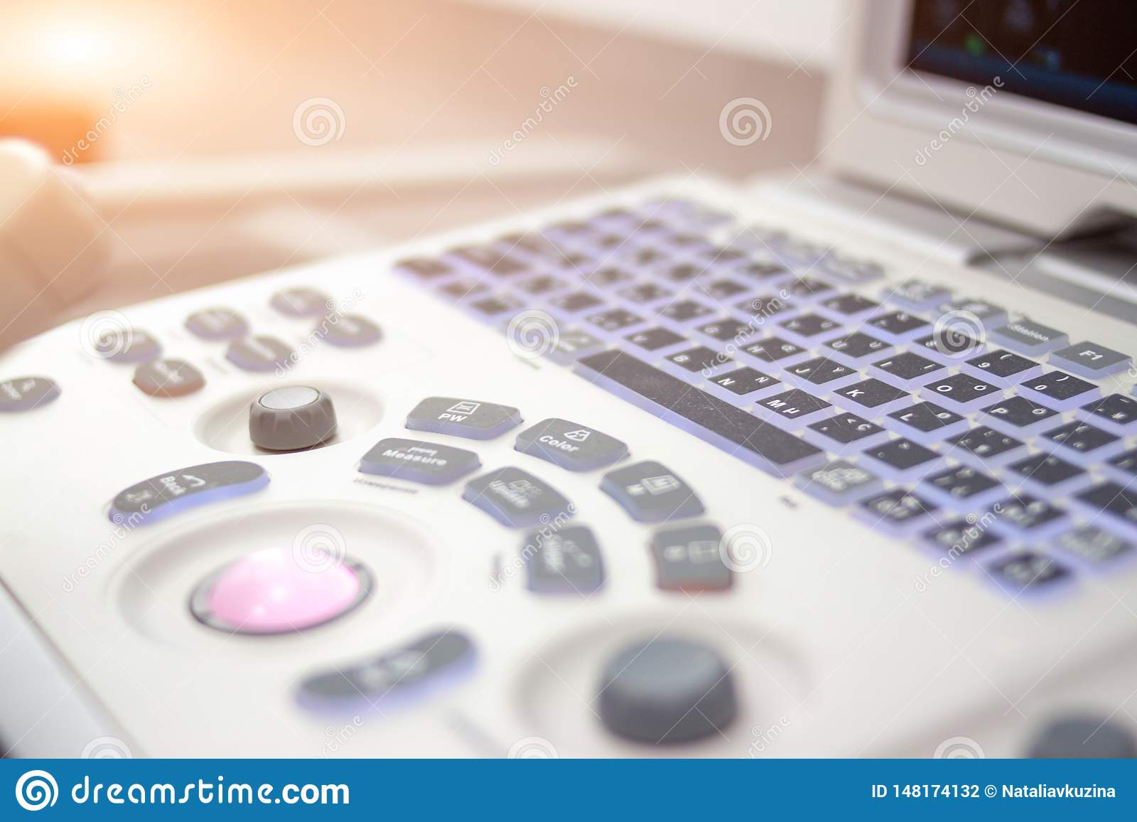特写镜头超声波扫描器equipmentin在诊所医院 诊断、超生波检查法和健康概念 Copyspace
