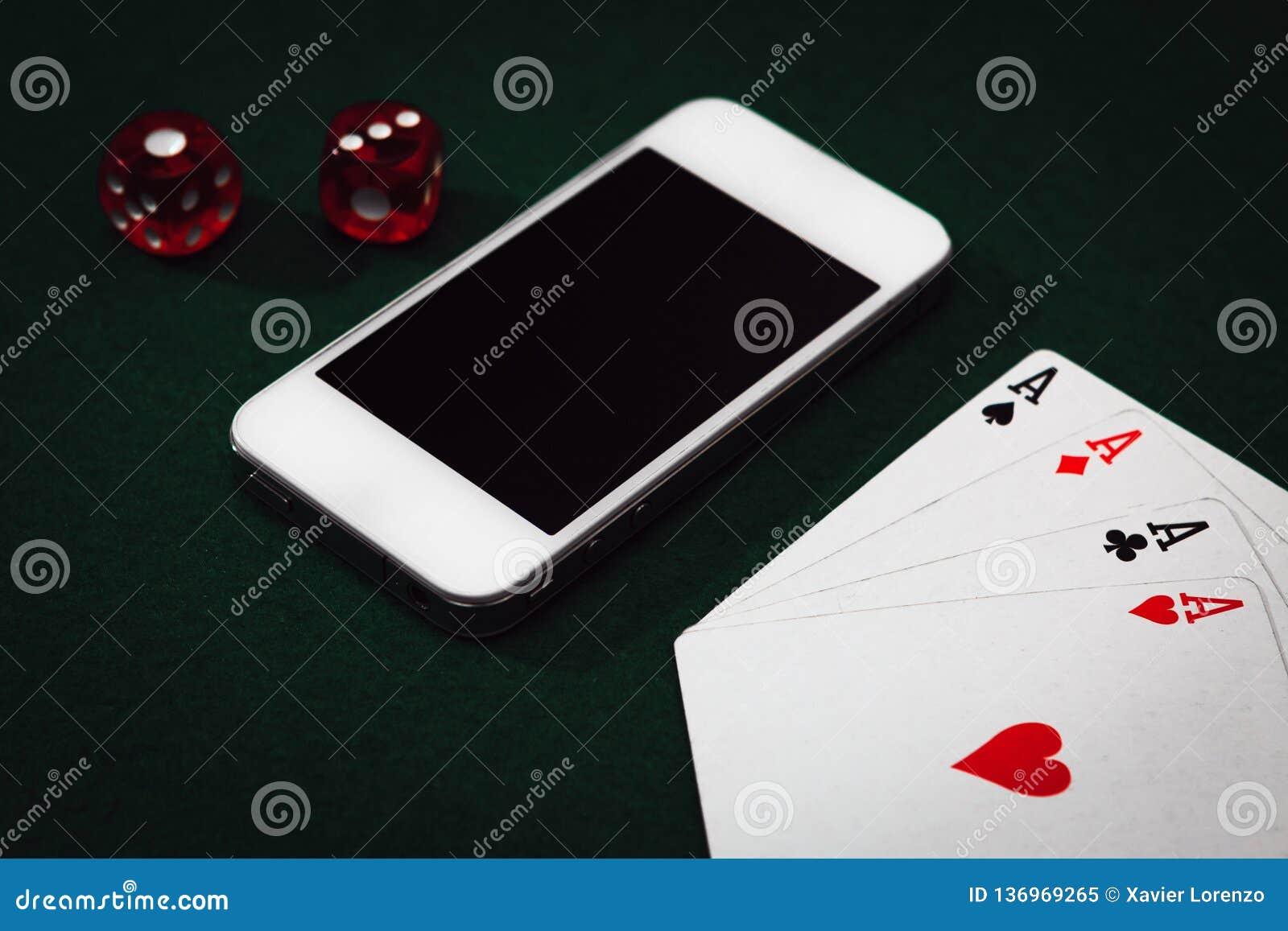 特写镜头顶视图ofÂ智能手机,在一个选材台上切成小方块并且拟订 赌博网上概念的Â