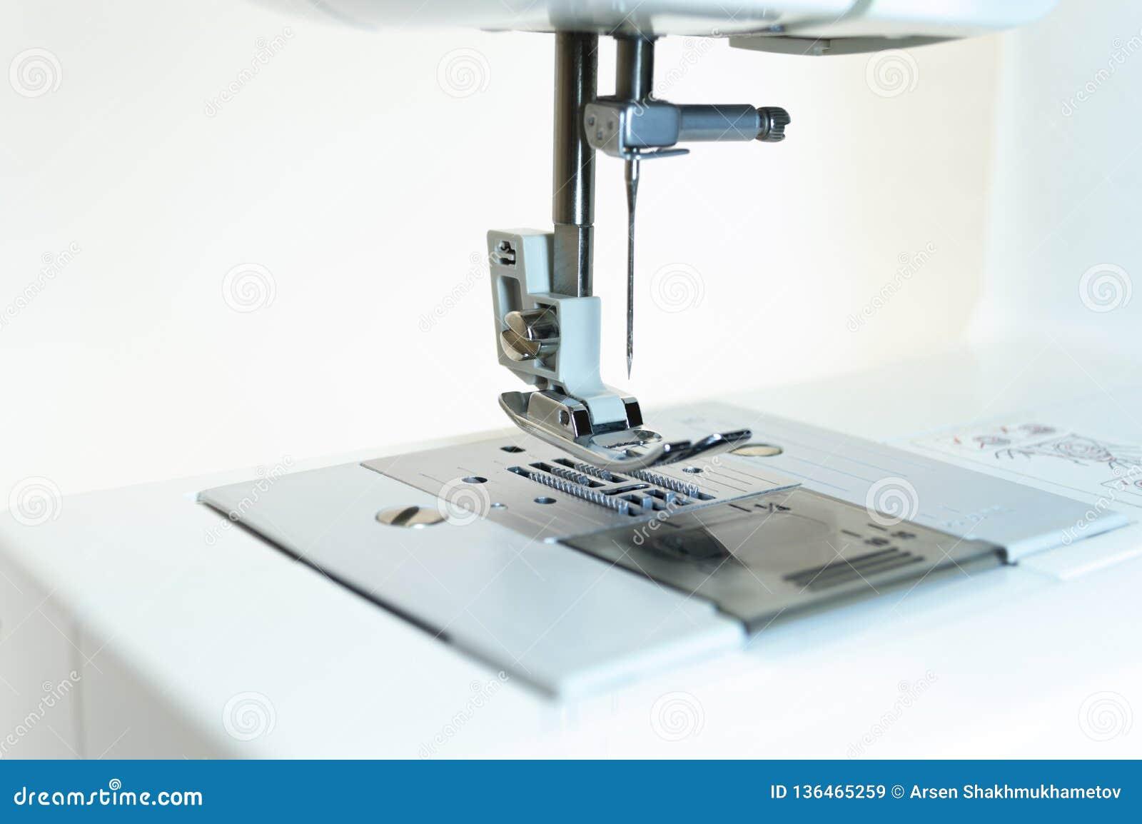 特写镜头:缝纫机的机制 奶油被装载的饼干