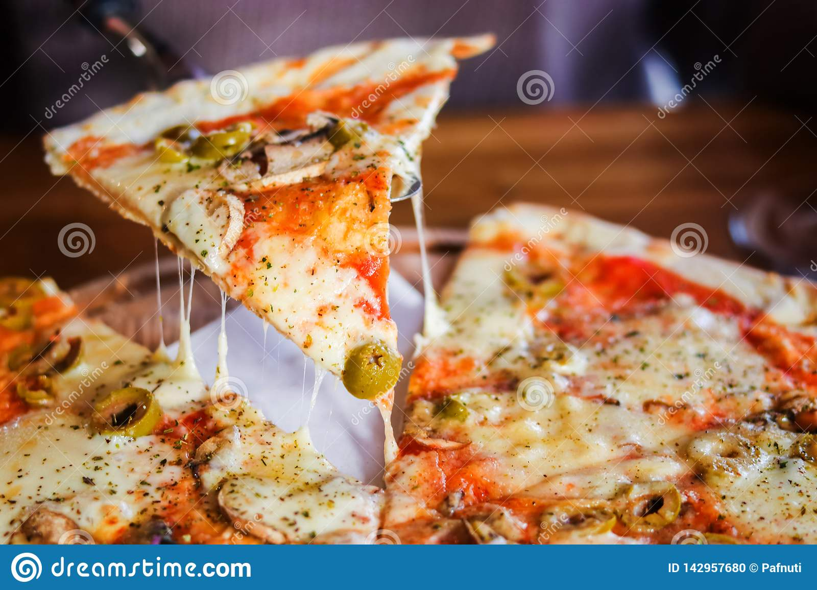 特写镜头 在黑暗的背景的素食比萨