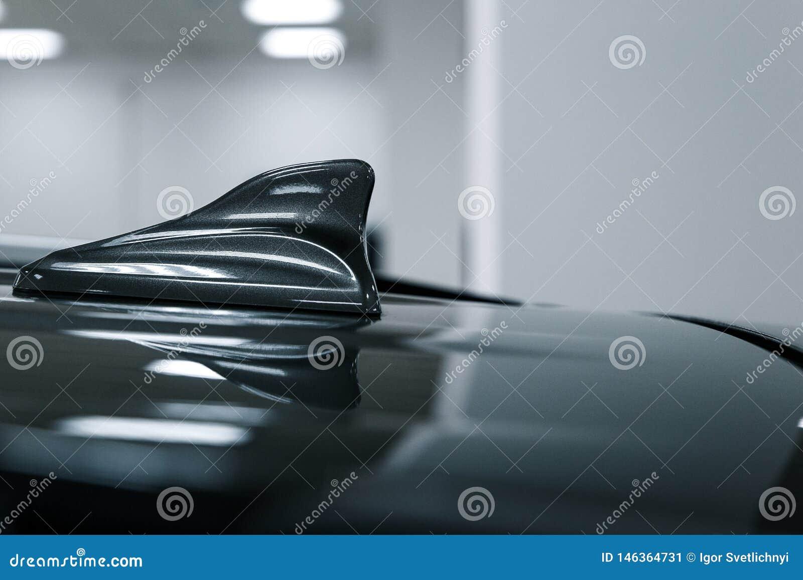 特写镜头GPS天线鲨鱼在汽车屋顶的飞翅形状无线电导航系统的