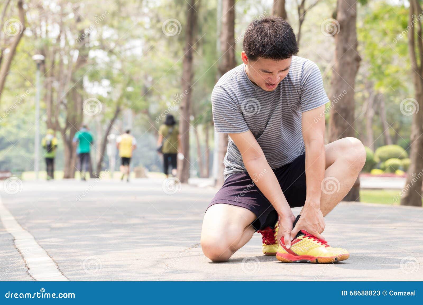 特写镜头伤害行程肌肉痛赛跑者连续体育运动弄脏大腿涉及 充满痛苦的人在脚腕,当跑步时