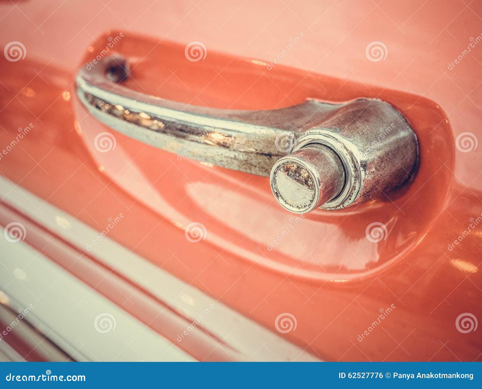 特写镜头经典汽车的把柄门,有更加肮脏的尘土和ru