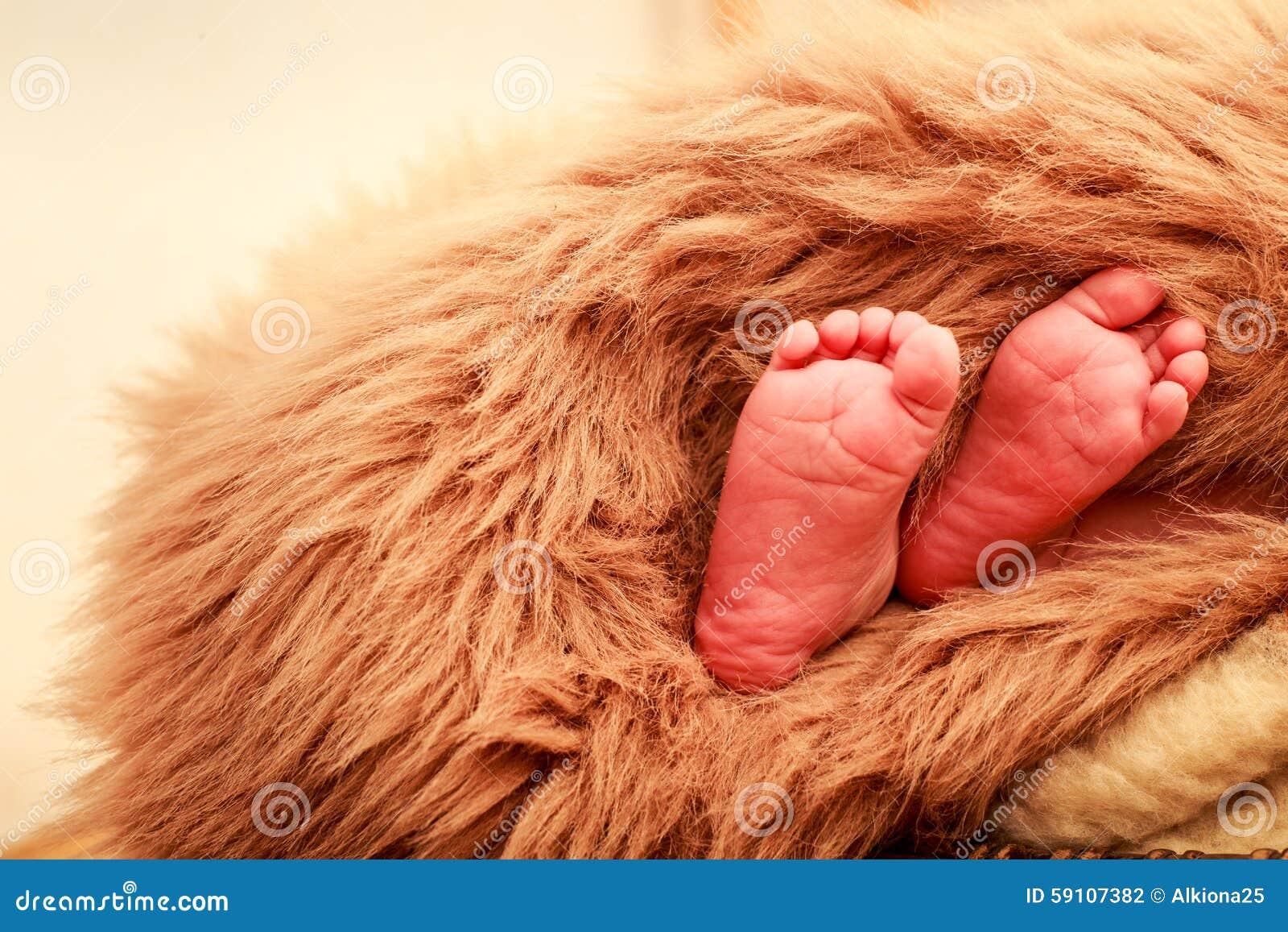 特写镜头小新出生的婴孩脚