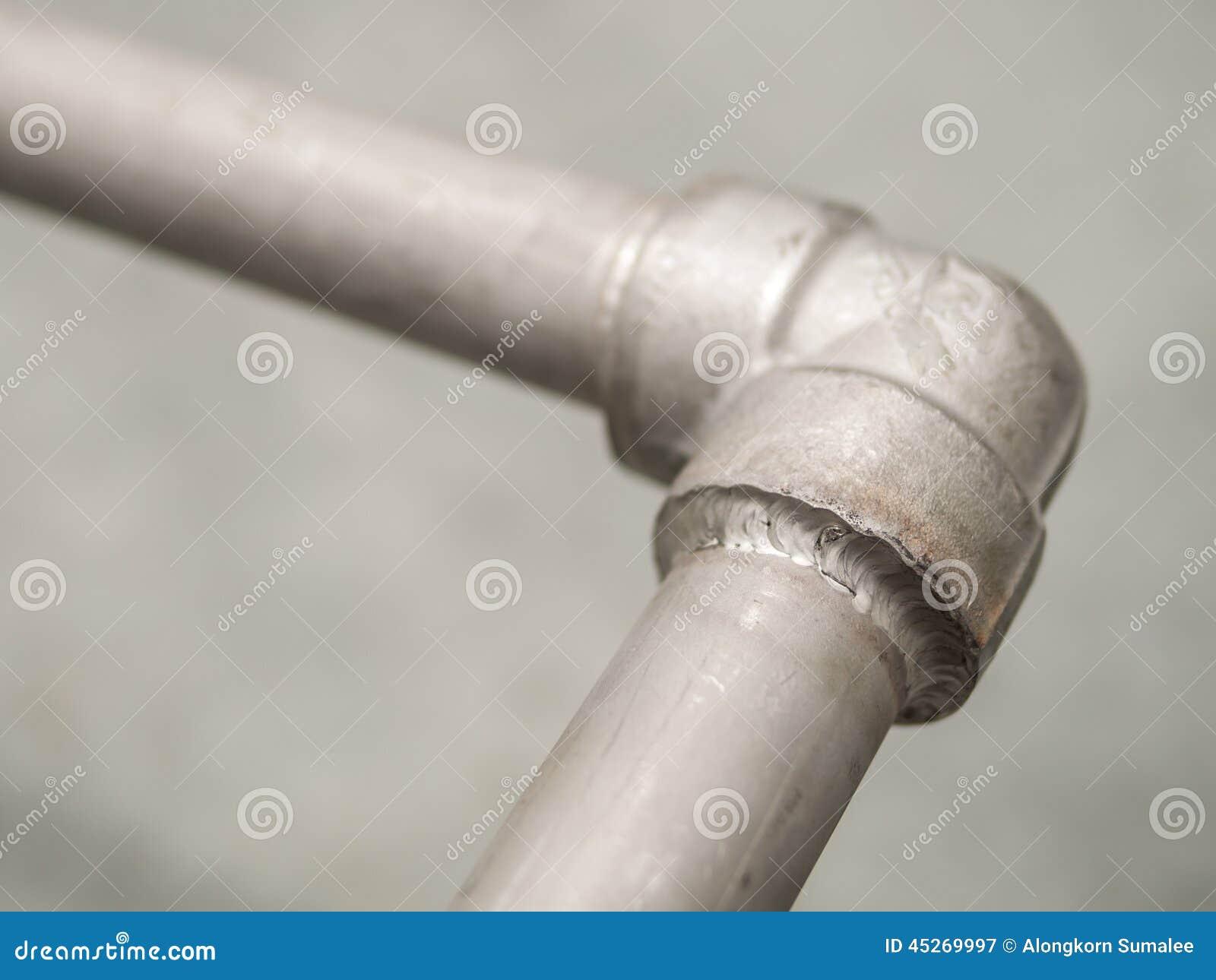 特写镜头详述在不锈的管道的封印焊接处气体的