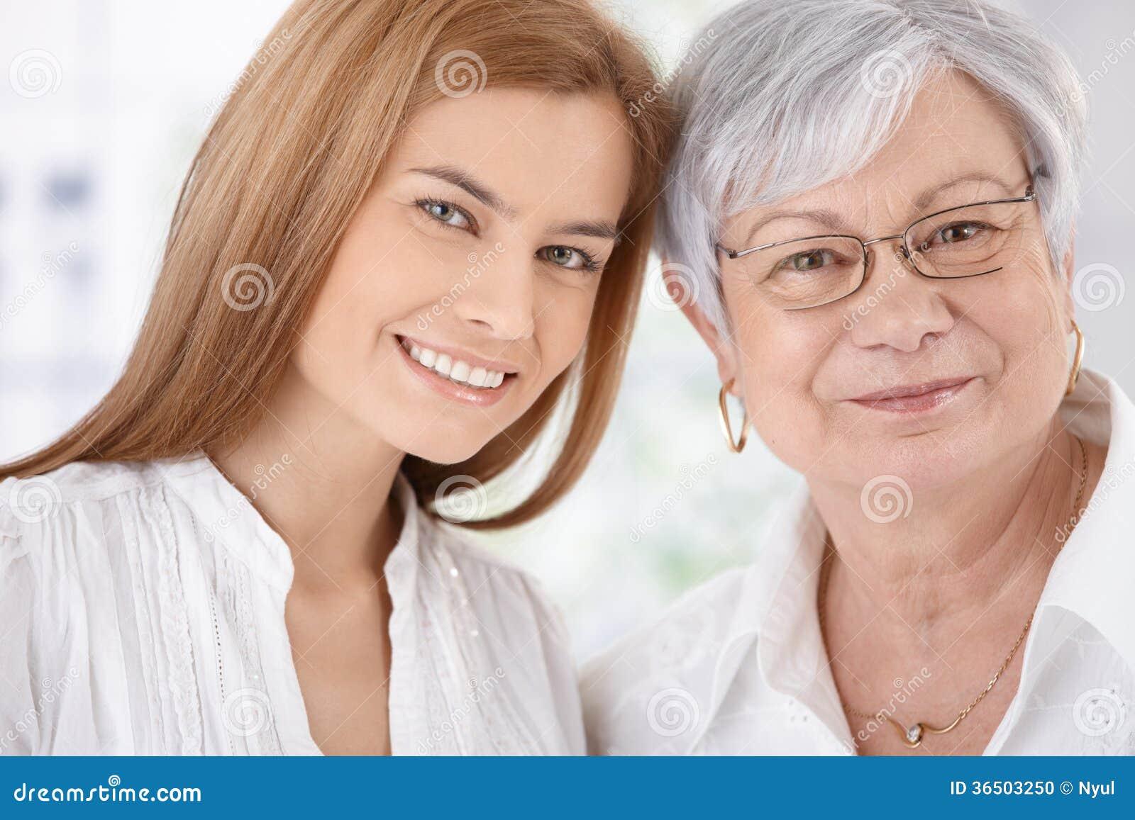 特写镜头画象少妇和母亲微笑