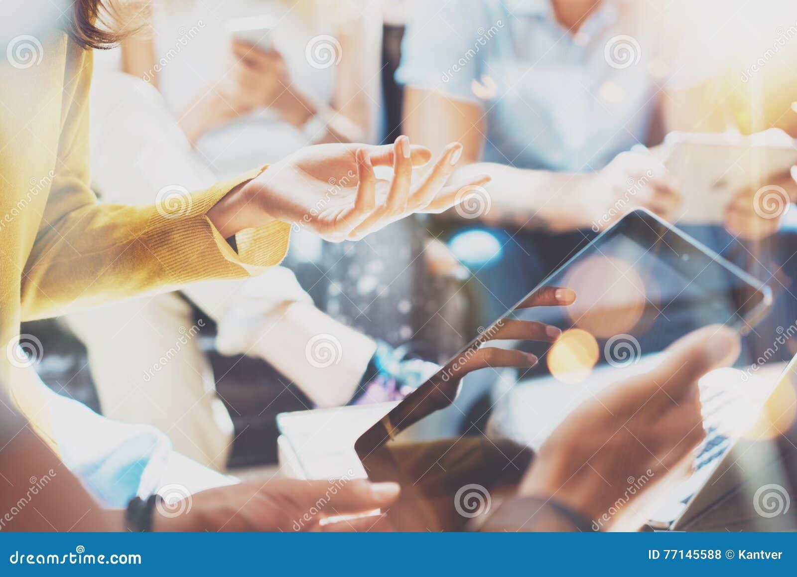 特写镜头起始的变化配合激发灵感会议概念 企业队工友分析战略膝上型计算机过程