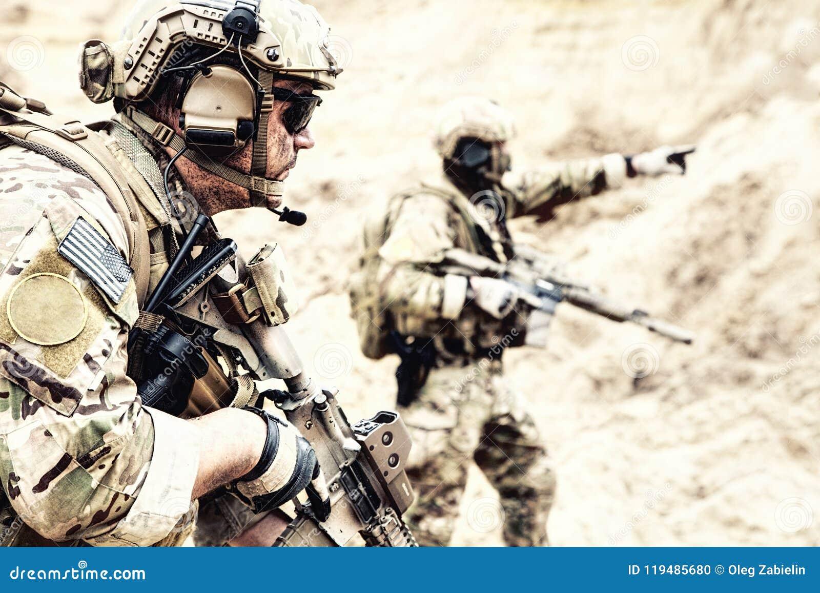 特别侦察队员在沙漠区域