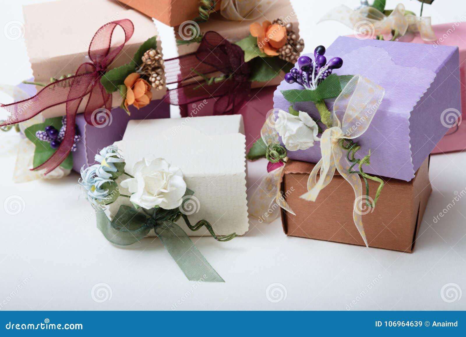 特别种类有丝带的在白色后面的礼物盒和花