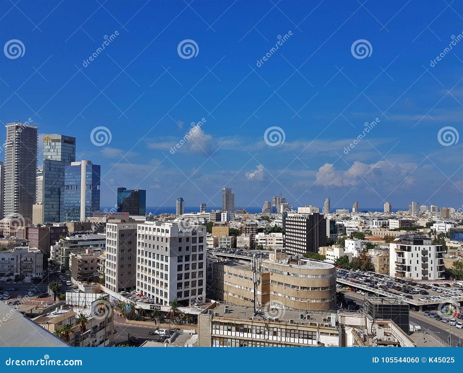 特拉唯夫-老大厦、摩天大楼、停车处和地中海的中央部分城市视图  以色列