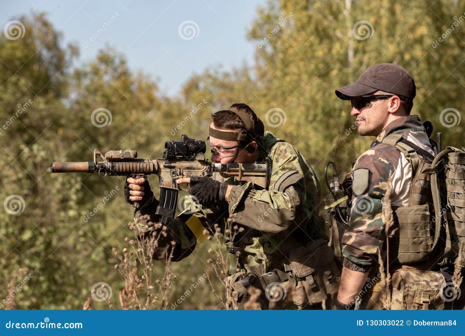 特种部队,战士有遏声器的,瞄准具攻击步枪 在等待在埋伏的盖子后