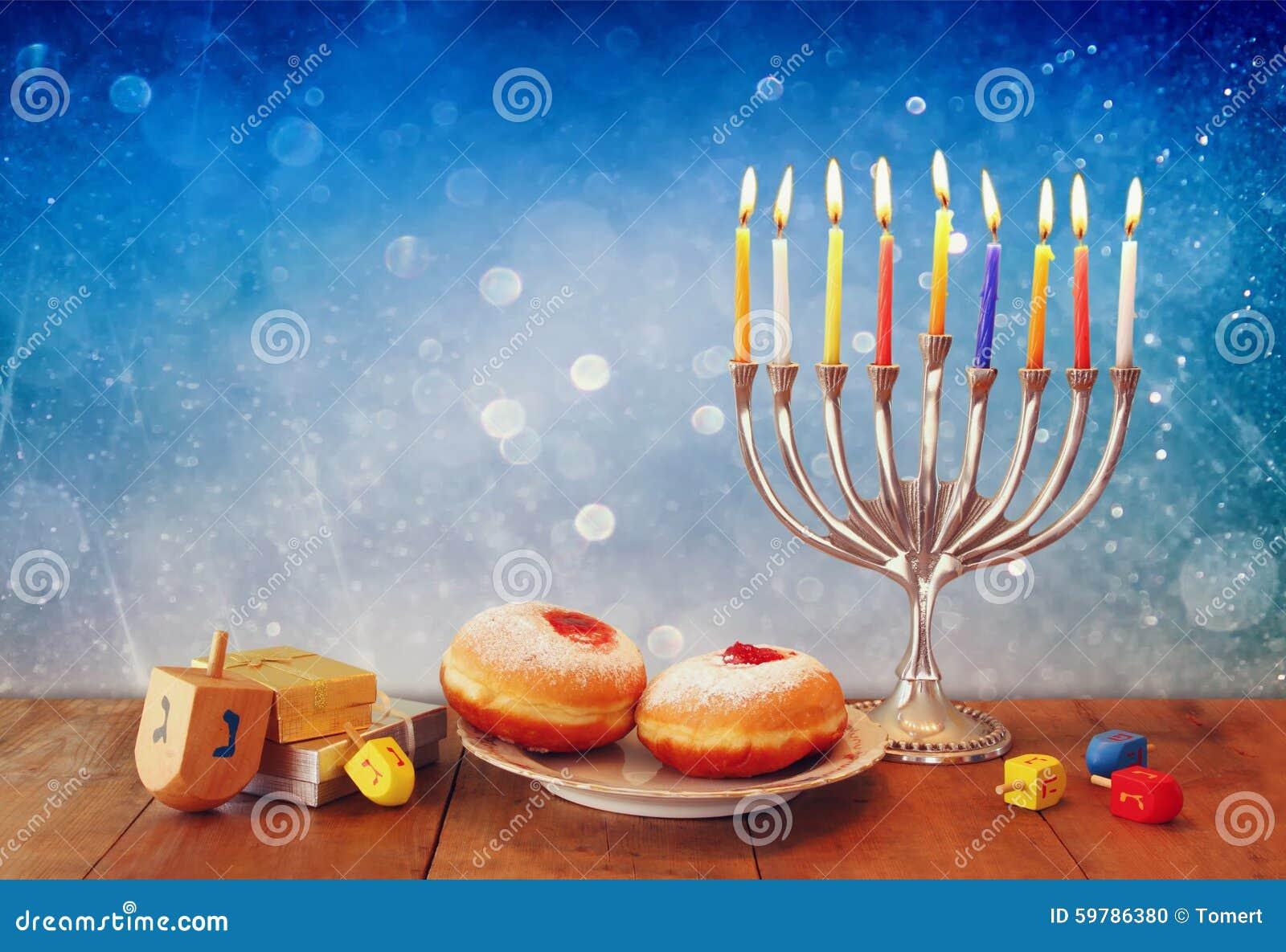 犹太假日光明节的低调图象与menorah、多福饼和木dreidels (抽陀螺)的 减速火箭的被过滤的图象
