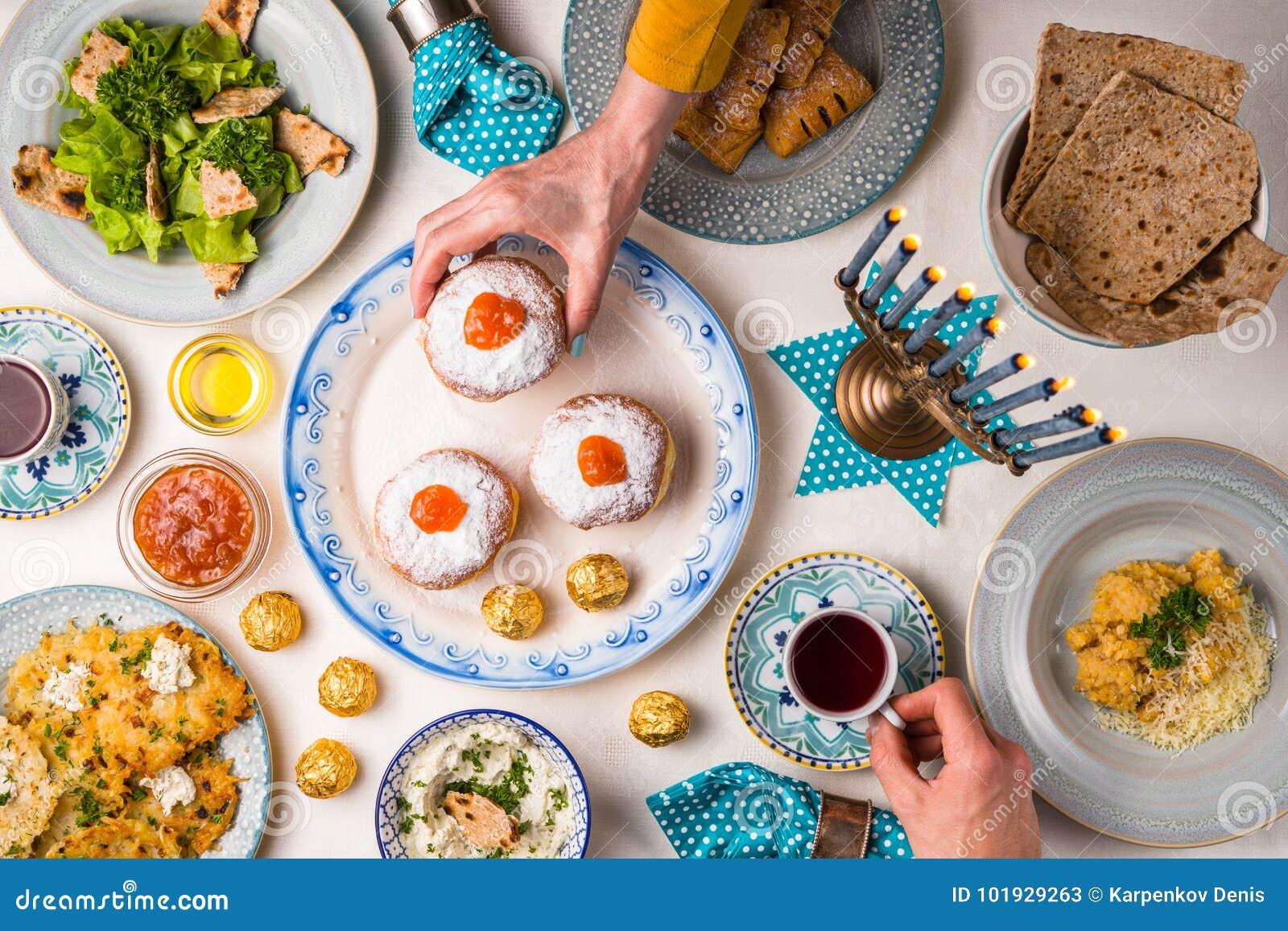犹太假日光明节,传统宴餐,手上面台式视图