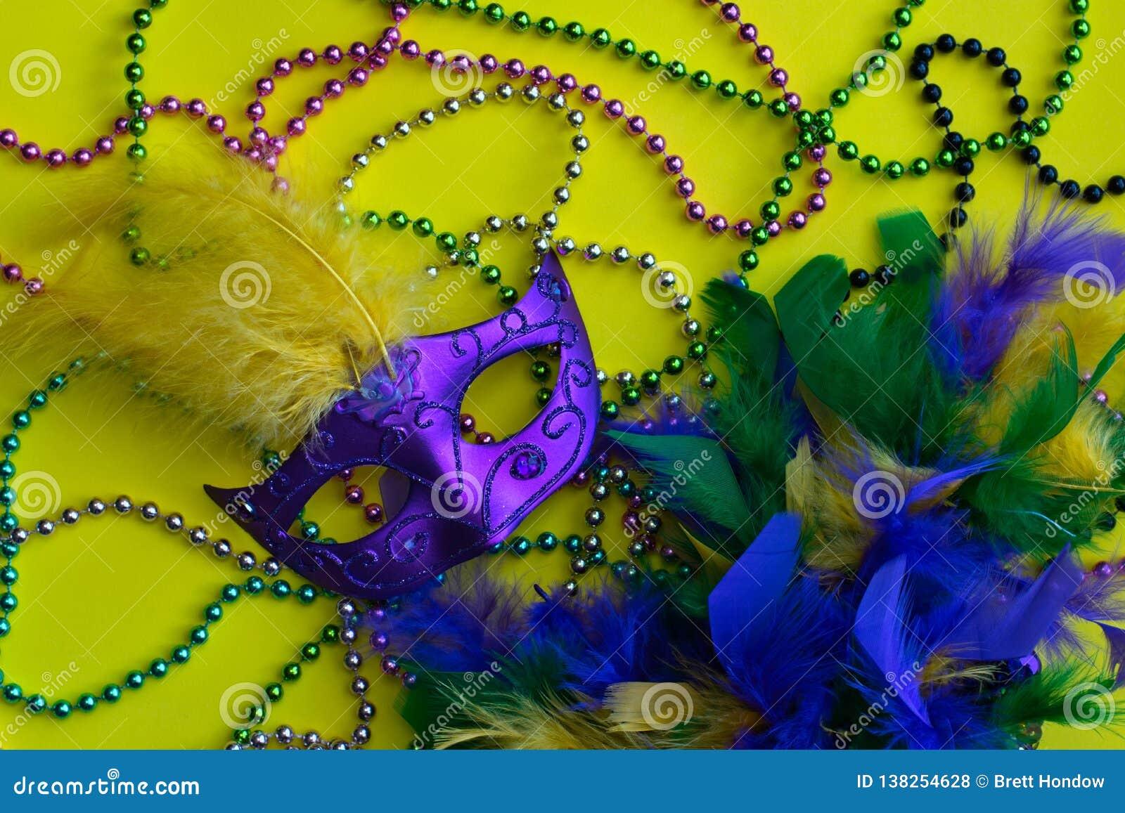 狂欢节小珠、面具和蟒蛇