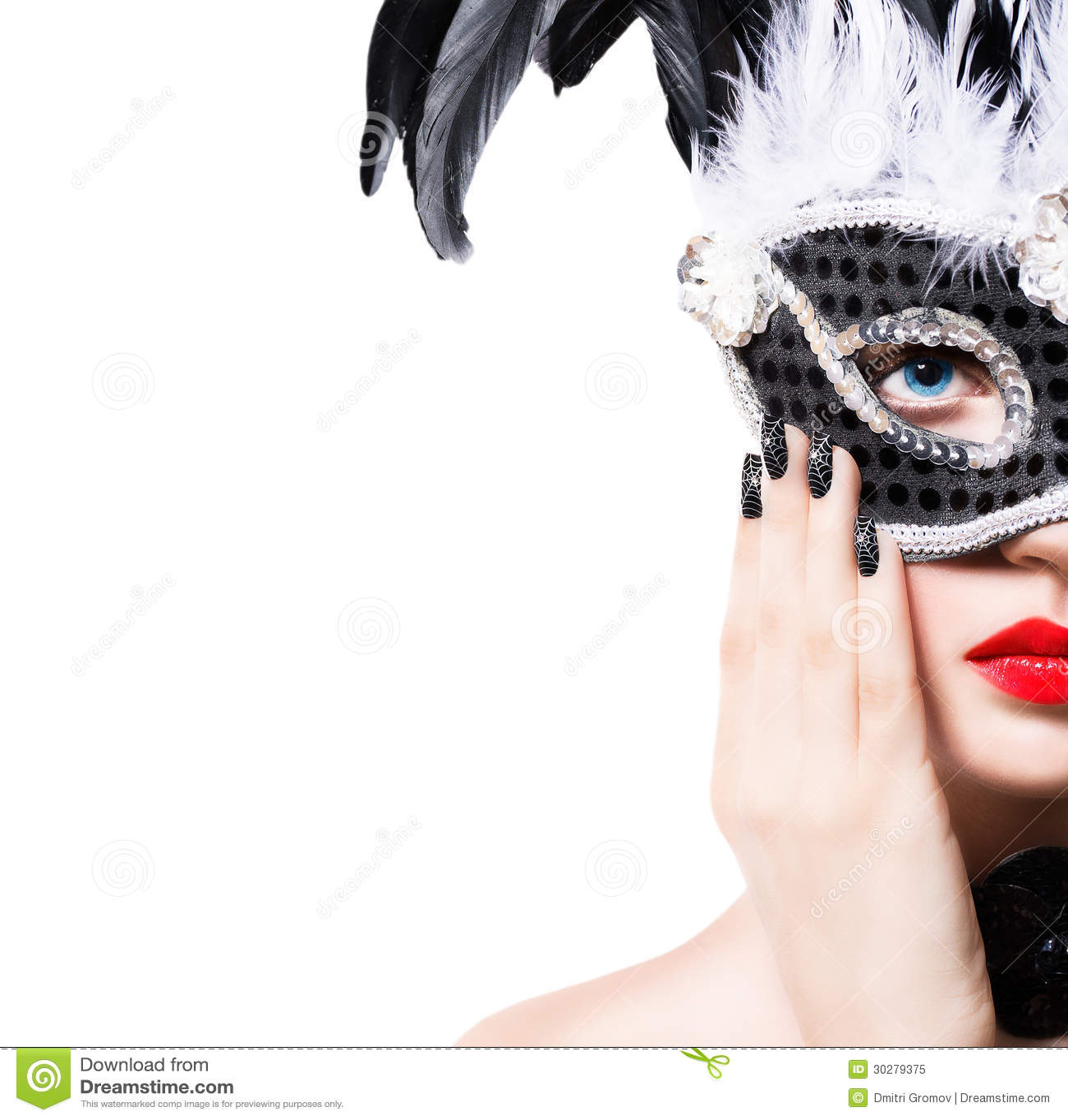 黑狂欢节面具的美丽的女孩与修指甲