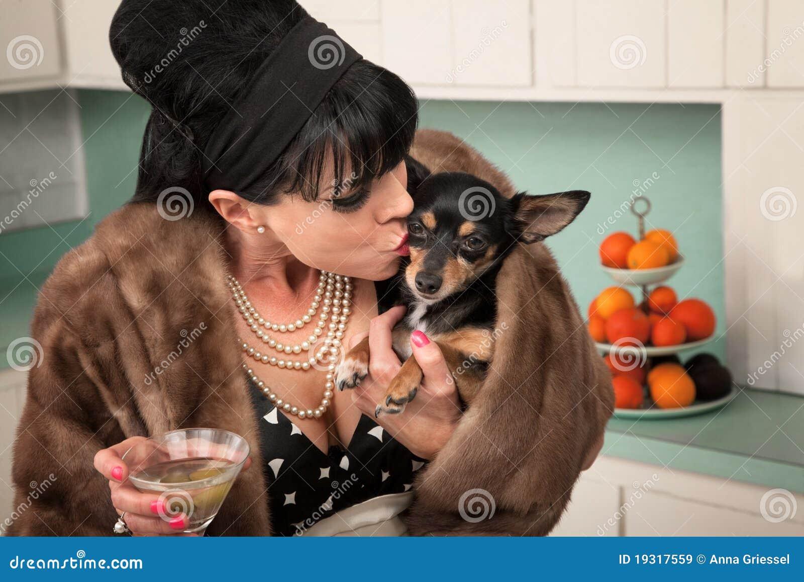 变老的奇瓦瓦狗外套狗毛皮亲吻马蒂尼鸡尾酒middled妇女.