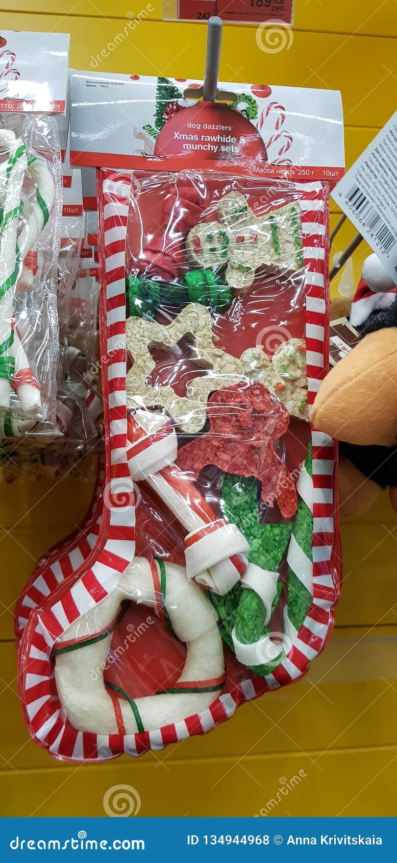 狗的圣诞礼物款待在超级市场