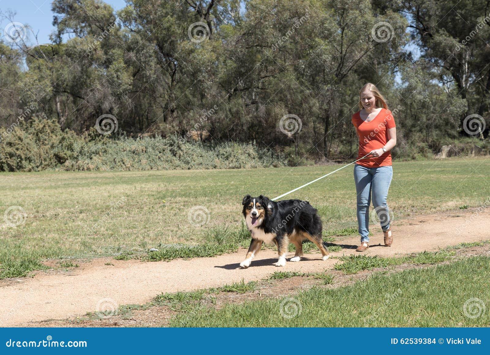 狗走的妇女